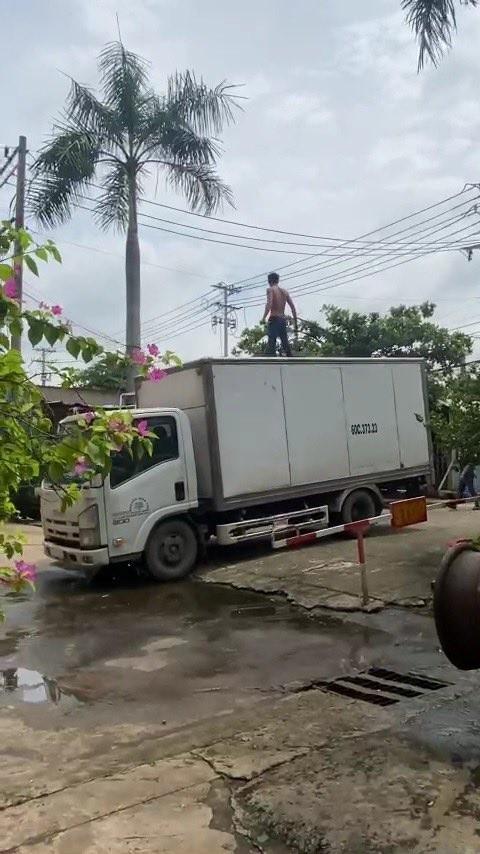 Người đàn ông nghi ngáo đá leo lên xe tải. Ảnh: VIẾT PHÓNG