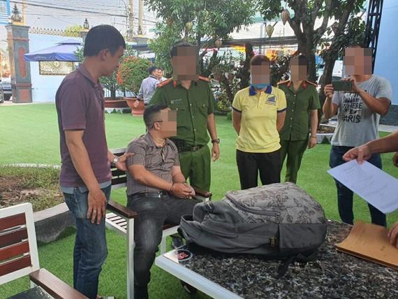 Công an bắt quả tang 1 người xưng là phóng viên khi đang nhận tiền của doanh nghiệp
