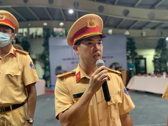 Thượng tá Huỳnh Trung Phong - Trưởng PC08, Công an TPHCM chủ trình buổi lễ ra quân. Ảnh: CHÍ THẠCH