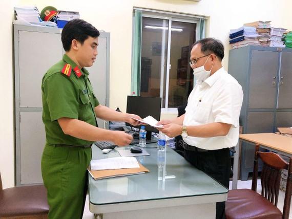 Ông Tất Thành Cang nhận quyết định khởi tố bị can, lệnh bắt tạm giam để điều tra