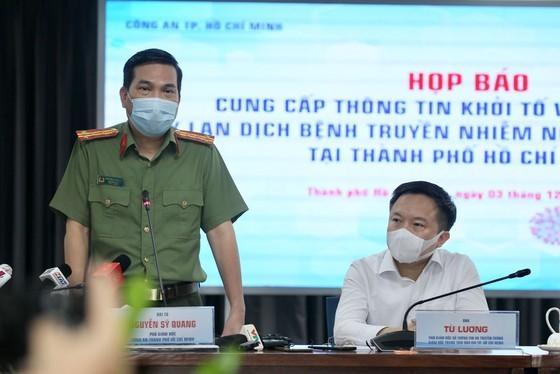 Đại tá Nguyễn Sỹ Quang, Phó Giám đốc Công an TPHCM phát biểu tại buổi họp báo ngày 3-12-2020. Ảnh: HOÀNG HÙNG