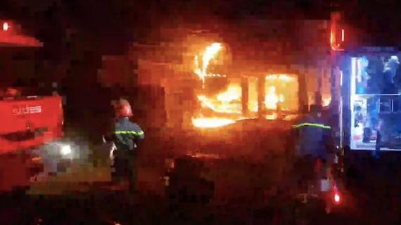 Ngọn lửa bùng cháy dữ dội trong gara ô tô