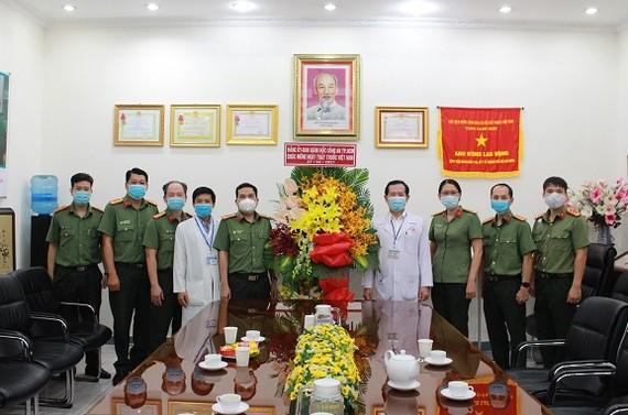 Công an TPHCM thăm, chúc mừng các y, bác sĩ Bệnh viện Nhân dân 115