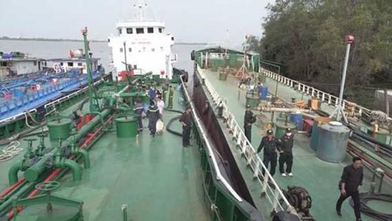 Lực lượng chức năng khống chế các tàu chở xăng giả