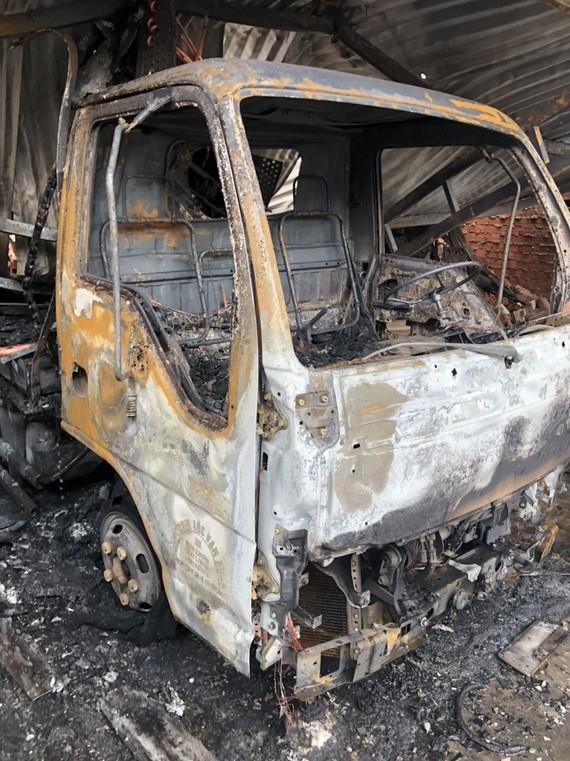 Vụ cháy đã thiêu rụi xe tải và nhiều xe máy