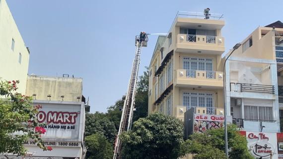 Lực lượng chữa cháy tại hiện trường vụ cháy