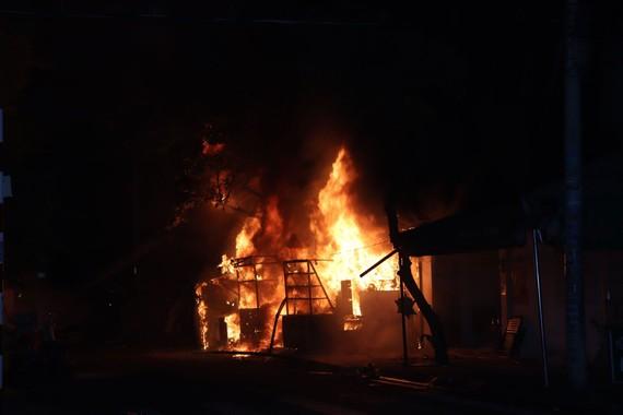 Ngọn lửa bùng cháy dữ dội tại hiện trường. Ảnh: C.T