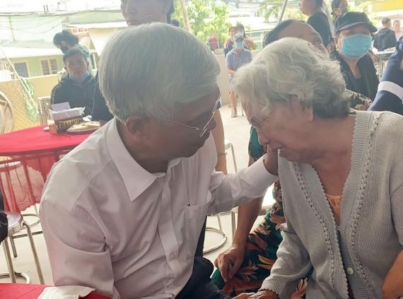 Phó Chủ tịch UBND TPHCM Võ Văn Hoan thăm, động viên gia đình các nạn nhân. Ảnh: CHÍ THẠCH