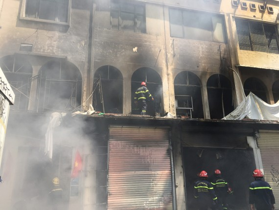 Lực lượng chữa cháy tại hiện trường. Ảnh: CHÍ THẠCH