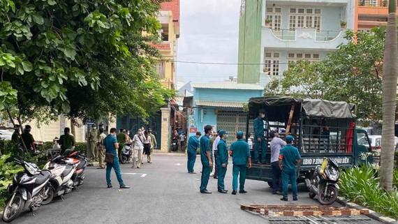 Lực lượng chức năng có mặt ở chung cư Bộ Công an, phường An Khánh, TP Thủ Đức vào sáng 9-6