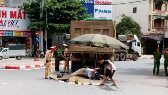 Hiện trường vụ tai nạn giao thông tại ngã tư Xuân Mai, Hà Nội, hôm 8-8 làm 3 người chết trong đó có 1 trẻ em