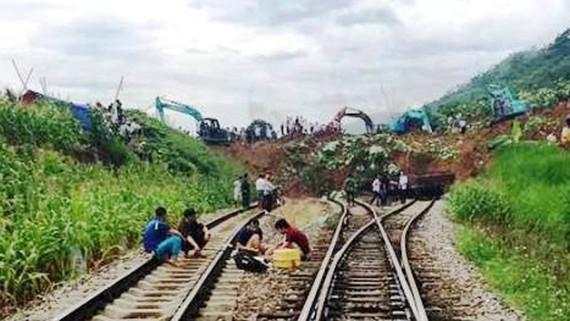 Sạt lở đất tại ga Lâm Giang (Yên Bái) làm tê liệt đường sắt tuyến Hà Nội - Lào Cai. Ảnh: NDĐT