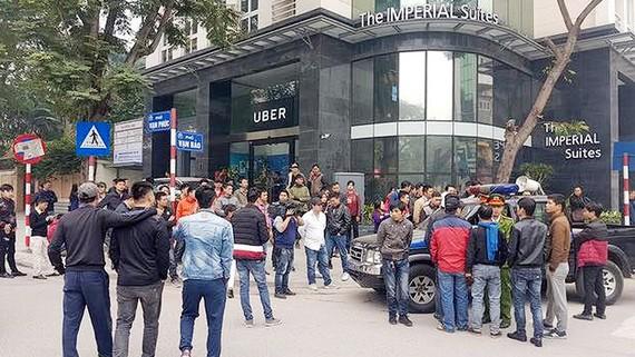 Hàng trăm tài xế công nghệ tụ tập trước cửa hãng Uber đòi giảm chiết khấu