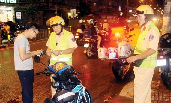 Cảnh sát giao thông xử phạt một trường hợp điều khiển xe máy không đội nón bảo hiểm