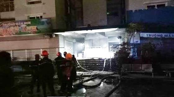 Lực lượng chữa cháy khống chế vụ hỏa hoạn. Ảnh: TTXVN
