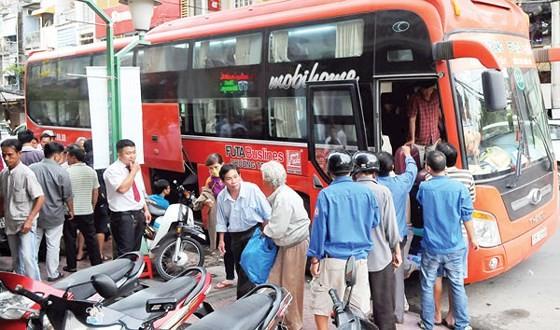 Xe khách Công ty Phương Trang chạy tuyến Bến xe miền Tây - Bến xe Mũi Né dừng trên đường Đề Thám, quận 1 cho khách xuống xe.      Ảnh: CAO THĂNG