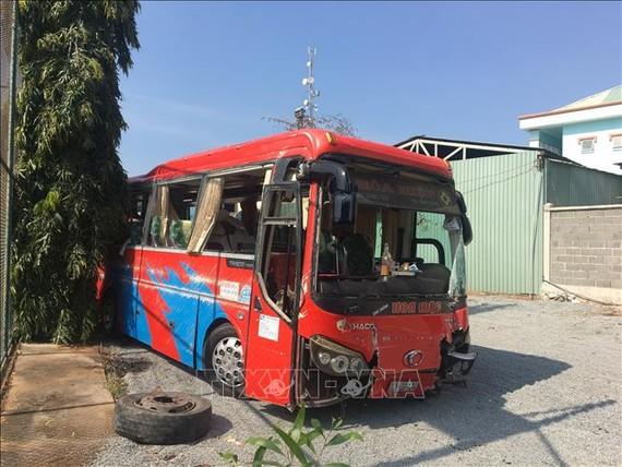 Xe ô tô khách biển kiểm soát 72B-019.34 gây tai nạn trên tuyến Quốc lộ 51 khiến 21 hành khách trên xe bị thương tại Bà Rịa-Vũng Tàu tối 2-2. Ảnh: TTXVN