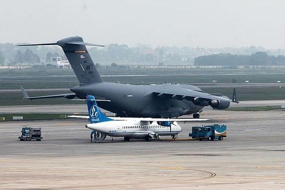 Máy bay C17 vừa hạ cánh xuống Nội Bài trưa 21-2