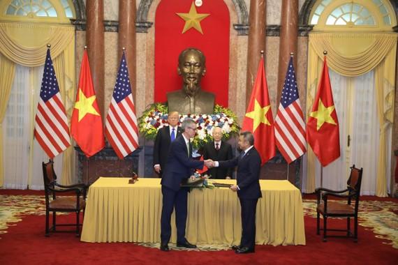 Đại diện Vietnam Airlines và đại diện Tập đoàn Sabre ký kết thỏa thuận trước sự chứng kiến của Tổng Bí Thư, Chủ tịch Nước Nguyễn Phú Trọng và Tổng thống Donald Trump