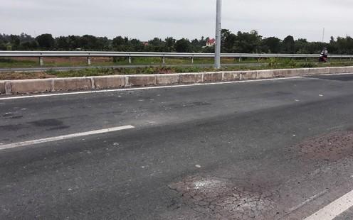 Một số vị trí trên đường dẫn lên cầu Vàm Cống bị rạn nứt. Ảnh: Tuổi trẻ Online