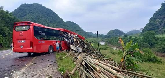 Hiện trường vụ tai nạn vừa xảy ra tại Hoà Bình