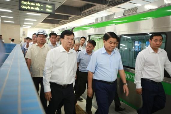 Phó thủ tướng Trịnh Đình Dũng thị sát đường sắt Cát Linh- Hà Đông