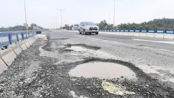 Hư hỏng mặt đường dự án cao tốc Đà Nẵng - Quảng Ngãi