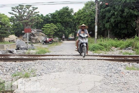 Nhiều lối đi tự mở mất an toàn qua đường sắt