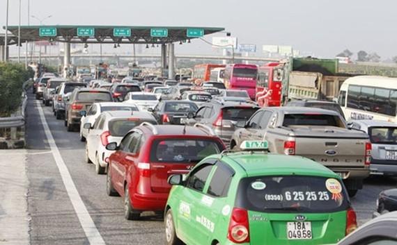 Ùn tắc trạm thu phí thường xảy ra trong dịp cao điểm Tết Nguyên đán