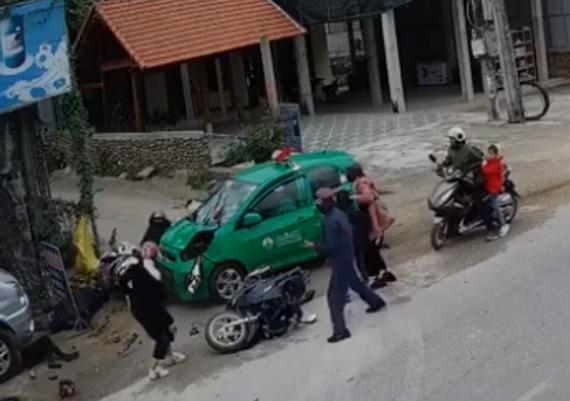 Tai nạn taxi đâm đoàn người tại Bố Trạch (Quảng Bình) mùng 2 tết