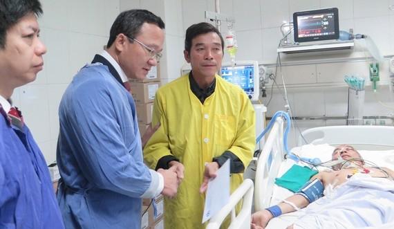 Lãnh đạo Ủy ban ATGT Quốc gia thăm nạn nhân tai nạn giao thông tại bệnh viện Việt Đức (Hà Nội)