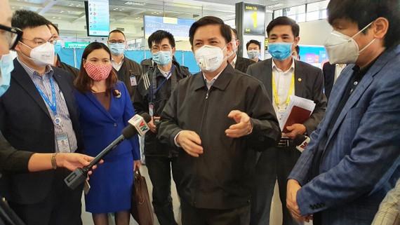 Bộ trưởng Bộ Giao thông - Vận tải Nguyễn Văn Thể kiểm tra công tác phòng dịch tại sân bay Nội Bài