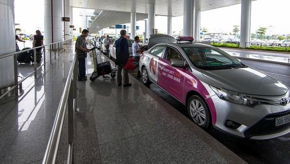 Dừng taxi giải toả hành khách tại sân bay Nội Bài