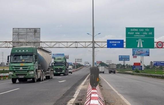 Cao tốc chỉ còn các phương tiện chở hàng hoạt động