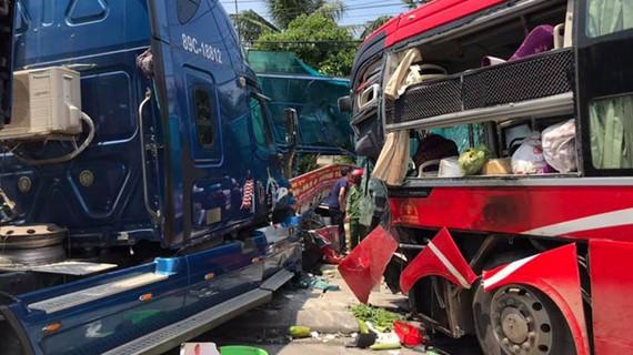 Hiện trường vụ tai nạn vừa xảy ra tại huyện Kỳ Anh, Hà Tĩnh