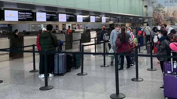 Công dân Việt Nam làm thủ tục tại sân bay Mỹ