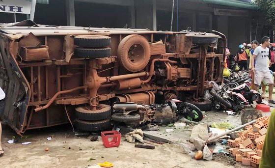 Sau khi va chạm chiếc xe tải đã lao vào chợ tông nhiều xe máy và người đi chợ, thông tin ban đầu có 3 người chết tại chỗ, 7 người bị thương
