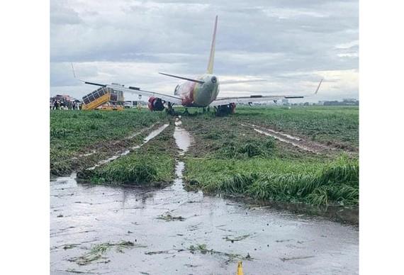 2 phi công điều khiển máy bay trượt khỏi đường băng bị tịch thu bằng lái