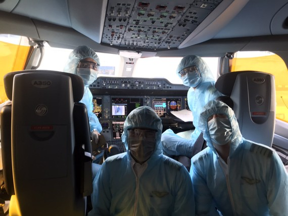 Phi hành đoàn của Vietnam Airlines trong các chuyến bay chở người Việt Nam từ nước ngoài về tránh dịch Covid-19