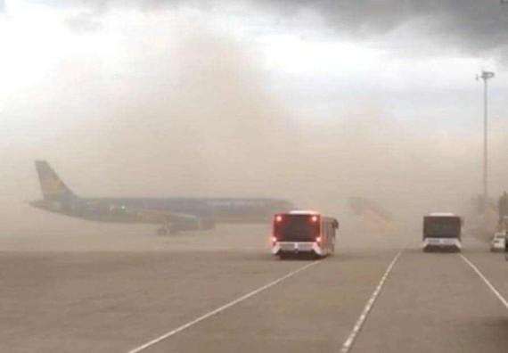 Gió bụi bao trùm sân bay Phú Bài
