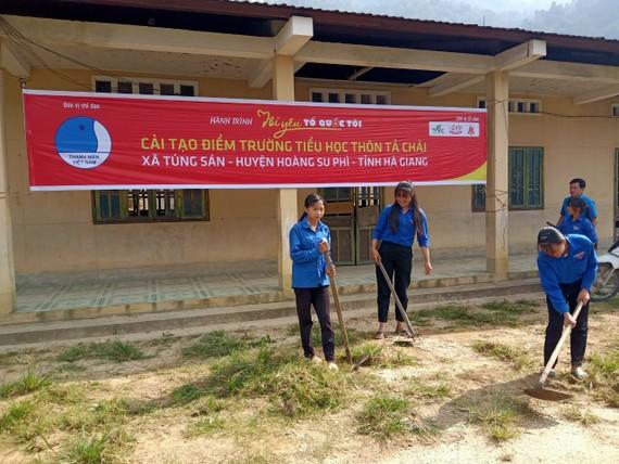 Các hội viên thanh niên tham gia cải tạo điểm trường tiểu học thôn Tà Chải sáng 29-8