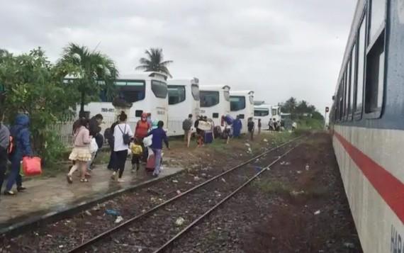 Ngành đường sắt phải chuyển tải hành khách do một số khu vực ở Khánh Hòa bị ngập sâu.