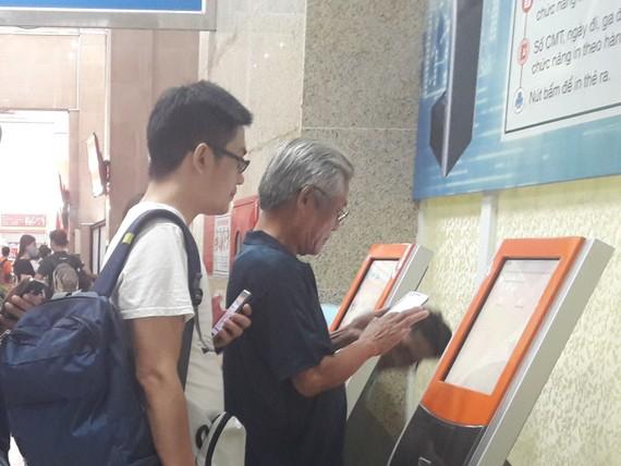 Hành khách mua vé tàu tại ga Hà Nội