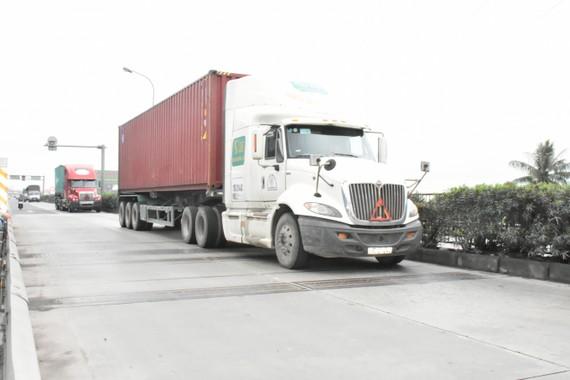 Xe quá tải hoạt động mạnh trên QL5 trước khi lắp hệ thống cân xe tự động