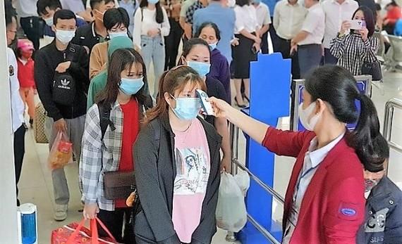 Bến xe Mỹ Đình (Hà Nội) đông khách trong ngày 29-4