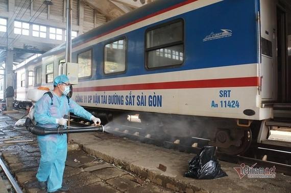 Đường sắt khử trùng toa tàu đảm bảo yêu cầu phòng dịch Covid-19