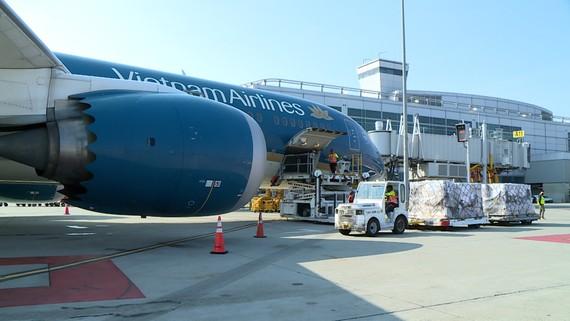 Hàng hóa được xếp lên máy bay tại Sân bay San Francisco (Mỹ)