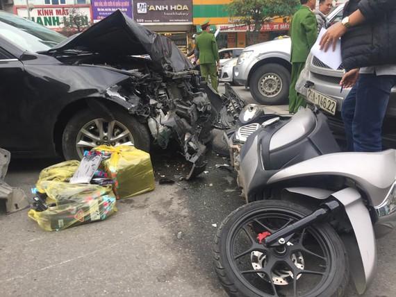Xe ô tô đâm 2 xe máy, 2 người bị thương, 1 người nguy kịch