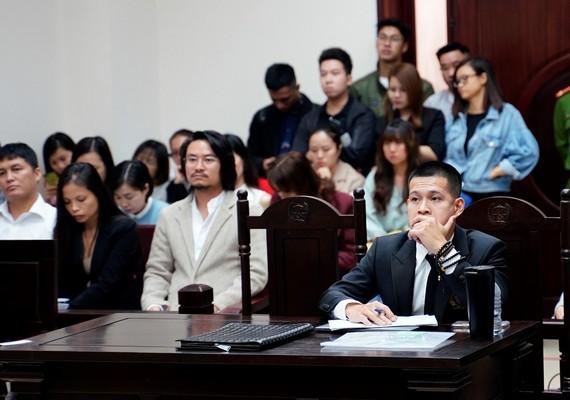 """Tạm dừng xét xử vụ kiện vở diễn """"Ngày xưa"""" để thu thập thêm chứng cứ"""
