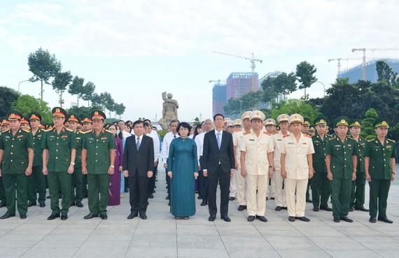 Các đồng chí lãnh đạo TPHCM cùng các đại biểu viếng Nghĩa trang Liệt sĩ Thành phố. Ảnh: VIỆT DŨNG
